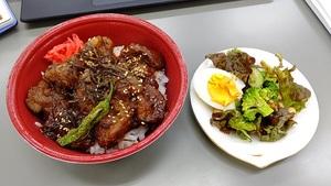 レバー丼とサラダ.jpg